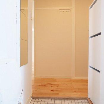 玄関も白いタイルで爽やかに。姿見もついていますよ!(※写真は前回募集時のものです)