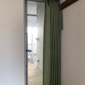 玄関はガラス扉なのでしっかりカーテンを!