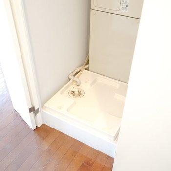 洗濯機置場は洗面所出てすぐの扉の中に隠れています。インテリアもスッキリ。