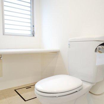 トイレも洗面台と同じスペースに。