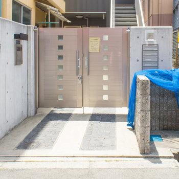 ゴミ置き場は玄関入り口です。