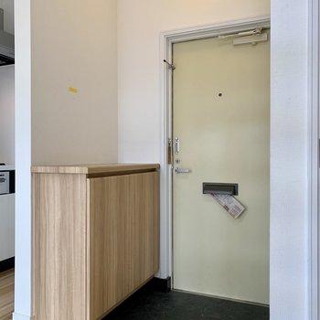 玄関はDKのどまんなか※写真はクリーニング前のものです
