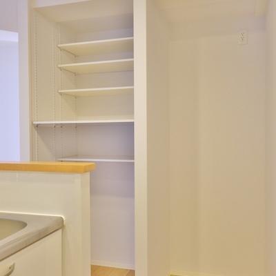 キッチン横には冷蔵庫置場とたっぷりの収納。。※写真は前回撮影時のもの