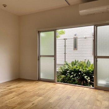 大きな窓は真ん中から開くことができます。お掃除の際も楽々!