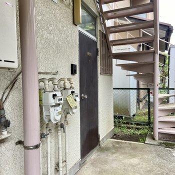 お部屋は1階の突き当たり、2階へ上がる階段の目の前にありますよ。