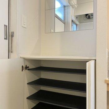 靴箱は可動棚になっていて1段に3~4足入りそう。お出かけ前にはここで身だしなみチェック!