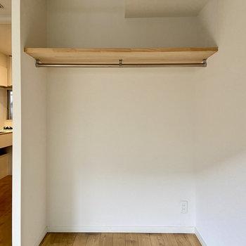 収納はオープンタイプのたっぷりクローゼット。カーテンで目隠しすることもできますよ。