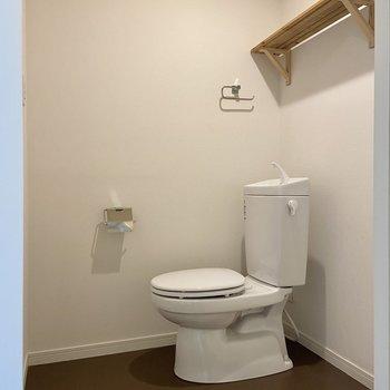 サニタリーもゆったりとスペースがありますね。シンプルな設えが気持ちいい!