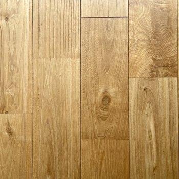 【ディテール】ほんのり飴色の無垢床。