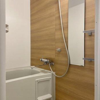 バスルームは木目調でなんだか落ち着く雰囲気……