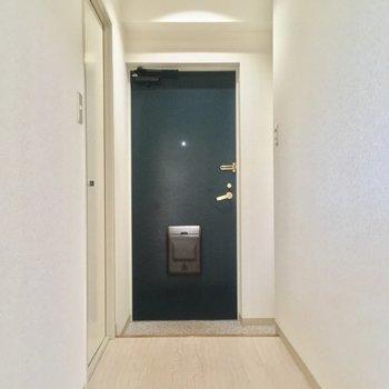 玄関は廊下の突き当りに。廊下も長〜〜い!