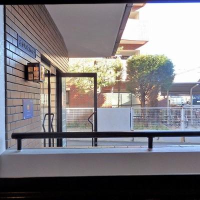 キッチンの窓からの眺望。エントランス。