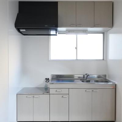 キッチンは持ち込みコンロですが、キレイ目なのでご安心を。