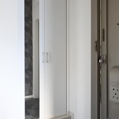 玄関には大きめのシューズボックスが、ミラーもついて便利。