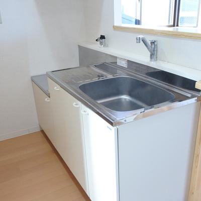 キッチンはガスが置き式ですが、広め。そしてカウンター付き。