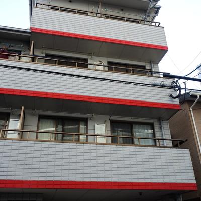 マンションはちょっと古め。3階まで階段、頑張ろう!
