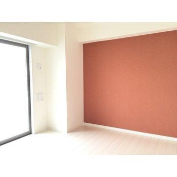 お部屋の明るさの異なる写真。クロスの色は、こっちの写真のほうが正確です。