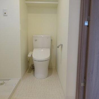 ウォシュレット付き!写真の左側に洗面台が置いてあります。※写真は6階の同間取り別部屋のものです
