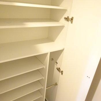 廊下全面が収納になっています。※写真は6階の同間取り別部屋のものです