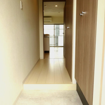 玄関には大理石調のタイル!高級感がありますね。※写真は6階の同間取り別部屋のものです