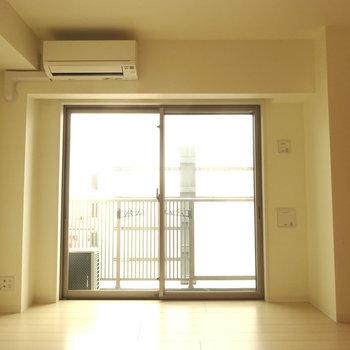 広めの居室!正方形型なので使いやすですよ。※写真は6階の同間取り別部屋のものです