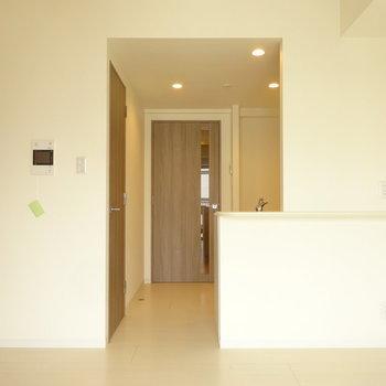 ベランダ側からキッチン側の光景※写真は6階の同間取り別部屋のものです