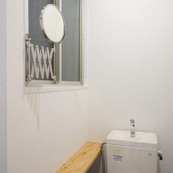 横に鏡と小さな棚を♪