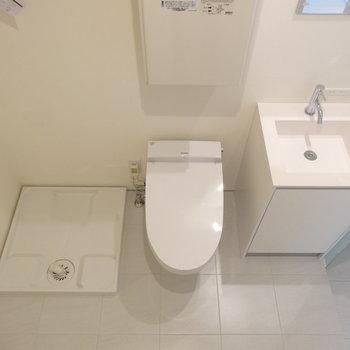 トイレの隣に洗濯機※写真は3階の同間取り別部屋のものです