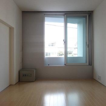 窓側の壁はグレーのアクセントクロス※写真は3階の同間取り別部屋のものです