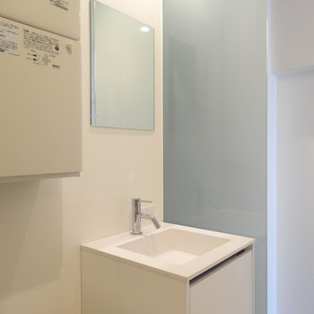 コンパクトな洗面台※写真は3階の同間取り別部屋のものです
