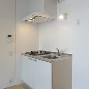 キッチンにはかわいいスポットライト※写真は3階の同間取り別部屋のものです