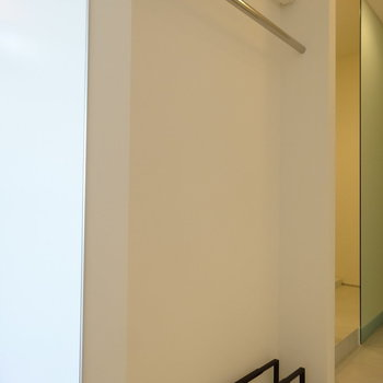 収納少なめ。オープンクローゼットと靴置きがこちら。※写真は4階の同間取り別部屋です。