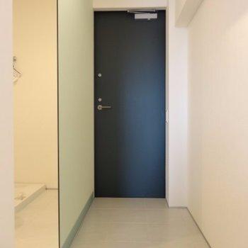 玄関はネイビーの色が効いてます※写真は4階の同間取り別部屋です。