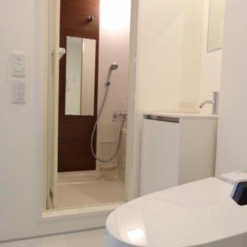 手前から、トイレ・洗面台・お風呂ですよ~。脱衣スペース広めですね※写真は4階の同間取り別部屋です。