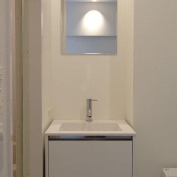 洗面台の下には十分な収納※写真は4階の同間取り別部屋です。