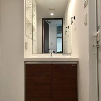 大きな鏡が美しい※写真は1階の同間取り別部屋のものです