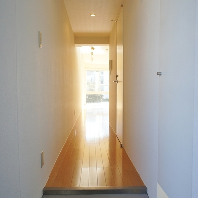 玄関から。兎に角明るいです!