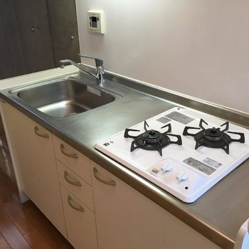 キッチンは2口のガスコンロ。※写真は前回募集時のものです