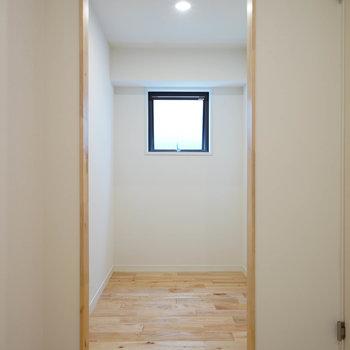 廊下には大きな納戸も!