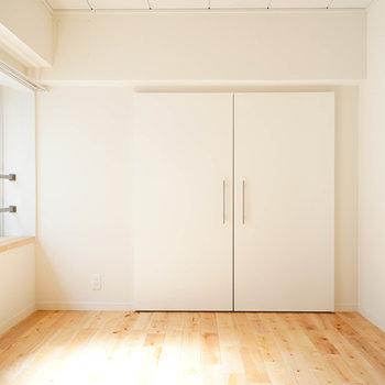 5.5帖の寝室にもしっかり窓が◎