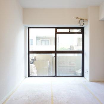 6.5帖の寝室もこの明るさ!※写真は工事中です