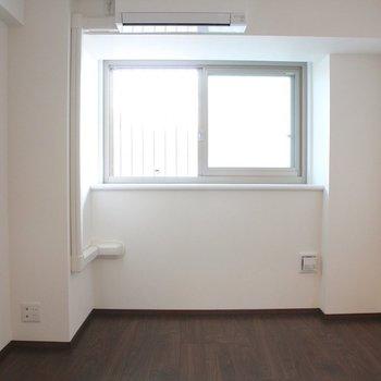 窓とエアコンも。※写真は10階の同間取り別部屋のものです