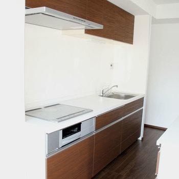 広くて清潔感もあるキッチン。※写真は10階の同間取り別部屋のものです