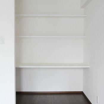 リビングにも収納棚。※写真は10階の同間取り別部屋のものです