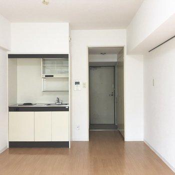 キッチンはぎゅっと左側によっています。※写真は1階の同間取り別部屋のものです
