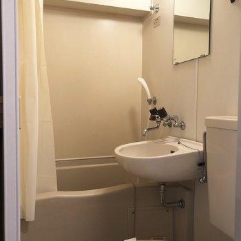 洗面台に鏡がついてて◎※写真は1階の同間取り別部屋のものです