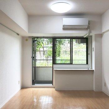 窓からは生い茂る緑がよく見えます。※写真は1階の同間取り別部屋のものです
