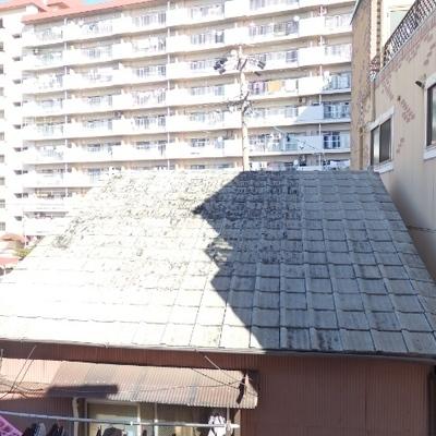 眺望は民家の屋根。。