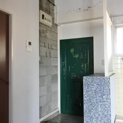 玄関はブロックと、タイルでギャップのデザイン!
