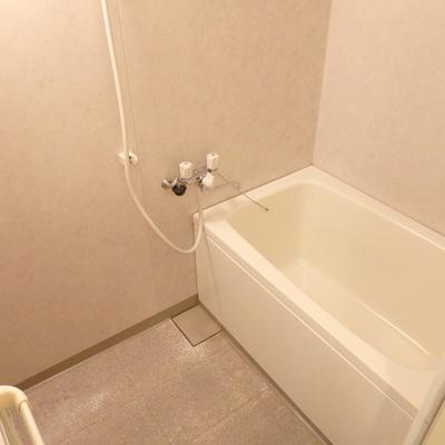お風呂もまぁまぁキレイ。追焚付のユニットバス変更はオプション対応します